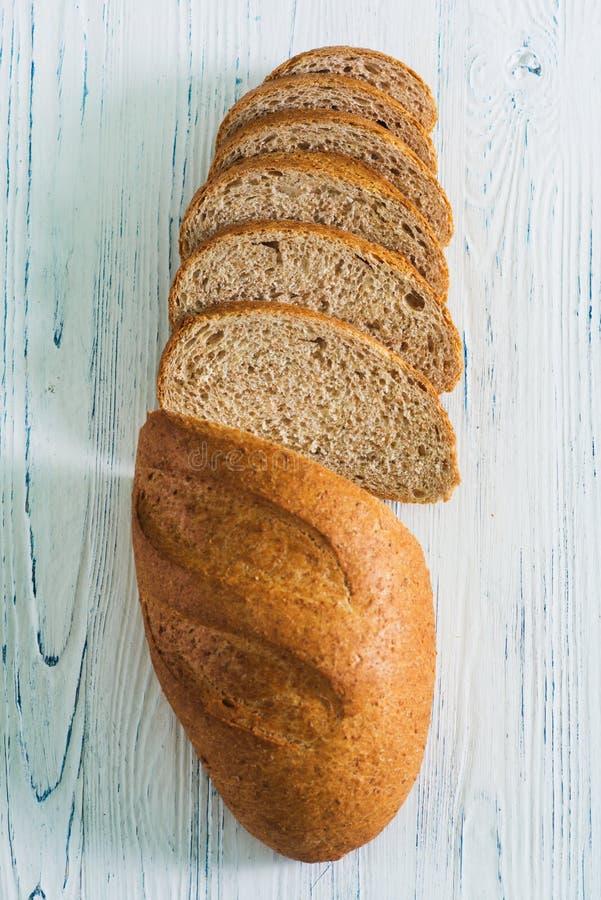 Vista superior del pan marrón cortado con los cereales fotografía de archivo libre de regalías