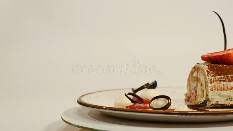 Vista superior del pastel de queso de la fresa en la tabla de madera El pedazo de torta de chocolate con la fresa adorna en el to foto de archivo