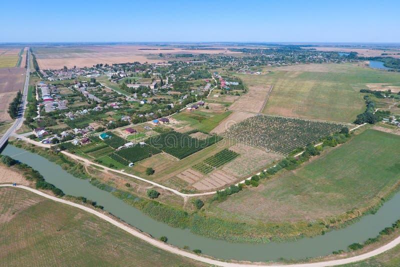 Vista superior del pequeño pueblo imagen de archivo