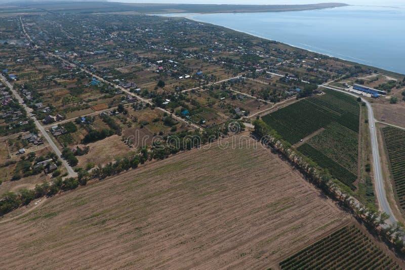 Vista superior del pequeño pueblo Aerophotographing sobre el chalet foto de archivo