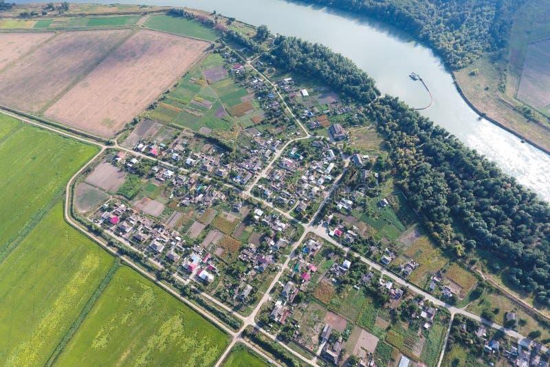 Vista superior del peque?o pueblo Aerophotographing sobre fotografía de archivo libre de regalías