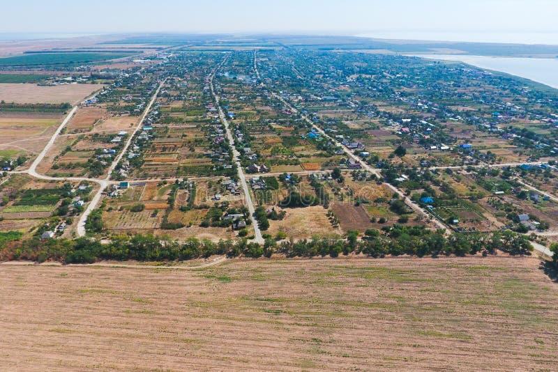Vista superior del peque?o pueblo Aerophotographing sobre el pueblo El pueblo cerca fotos de archivo