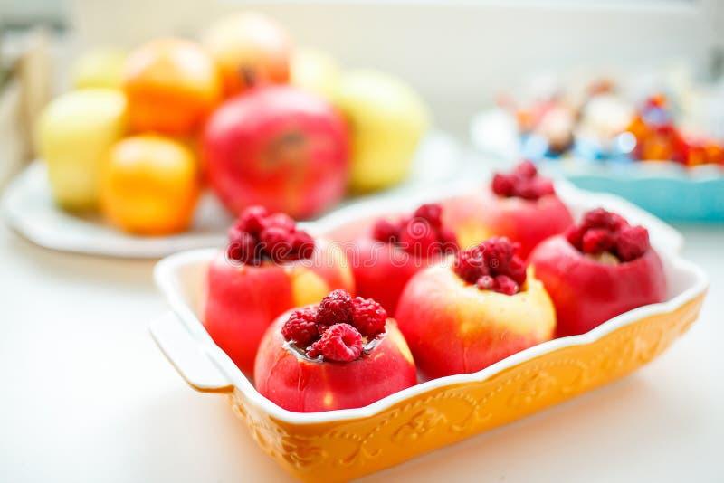 Vista superior del plato con la luz brillante del postre de la manzana imagen de archivo libre de regalías