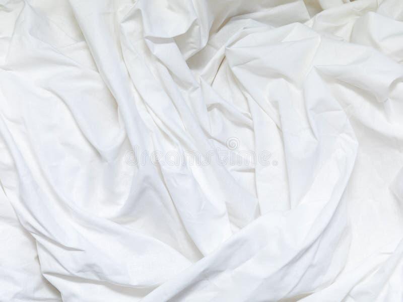 Vista superior del pliegue de una hoja de cama sin hacer en el dormitorio después de un sueño largo de la noche y de despertar po imagen de archivo libre de regalías