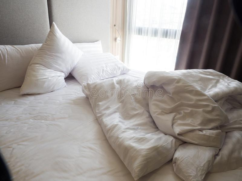 Vista superior del pliegue de una hoja de cama sin hacer en el dormitorio a popa fotografía de archivo libre de regalías