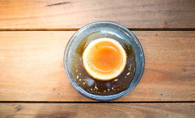 Vista superior del postre dulce de las natillas de la miel en el fondo de madera imagen de archivo