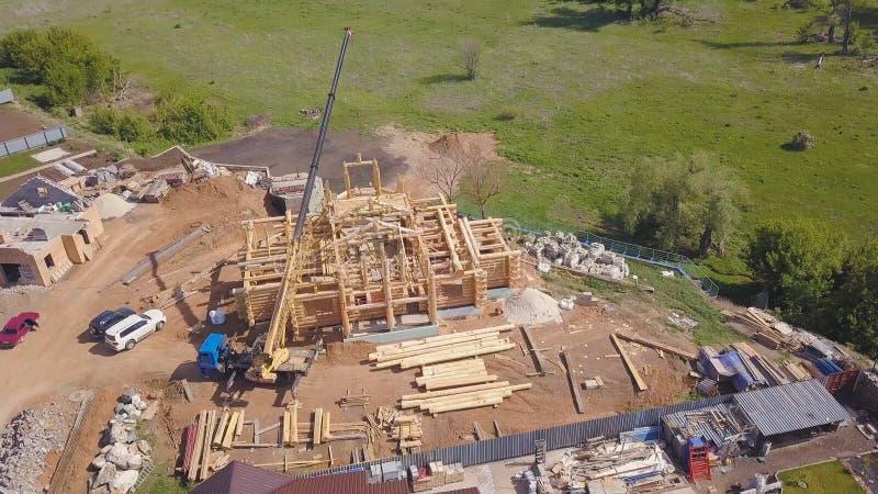 Vista superior del proceso de construir una casa de madera clip Pequeño edificio inacabado con el haz de madera del techo en ayud imagen de archivo