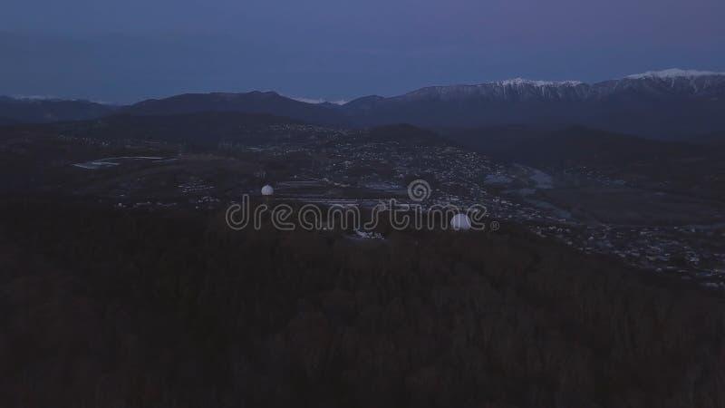 Vista superior del pueblo olímpico en Sochi clip Hermosa vista del pueblo olímpico en Sochi en la puesta del sol foto de archivo