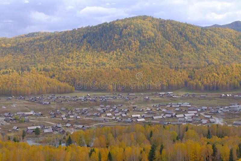 Vista superior del pueblo pacífico en otoño Rodeado por el bosque hermoso del otoño imagen de archivo libre de regalías