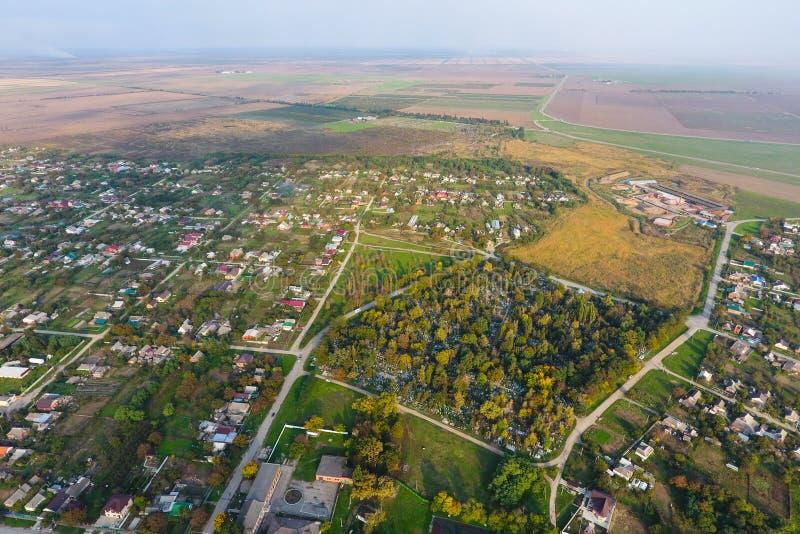 Vista superior del pueblo Uno puede ver los tejados de las casas y de los jardines Camino y agua en el pueblo La primavera del pu foto de archivo libre de regalías