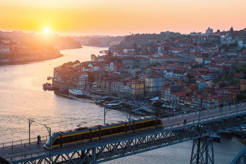 Vista superior del puente de Dom Luis I, del río y de Ribeira, Oporto del Duero fotos de archivo libres de regalías
