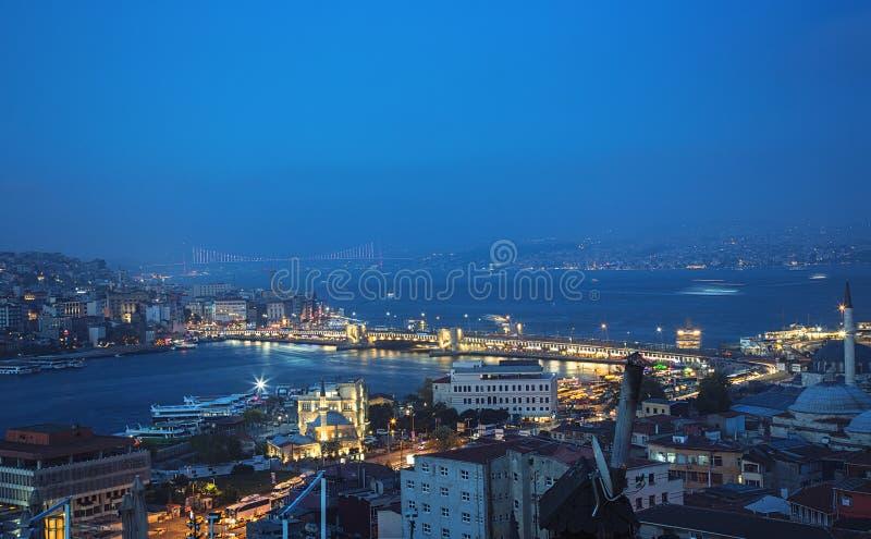 Vista superior del puente de Galata, del cuerno de oro y del puente de Bosphorus foto de archivo