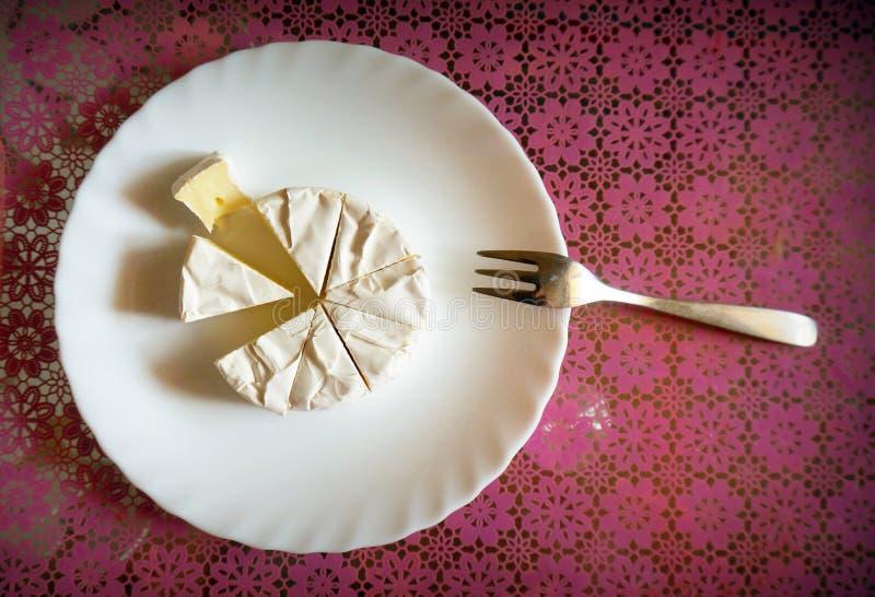 Vista superior del queso del camembert Puerro fork Fondo rojo brie foto de archivo