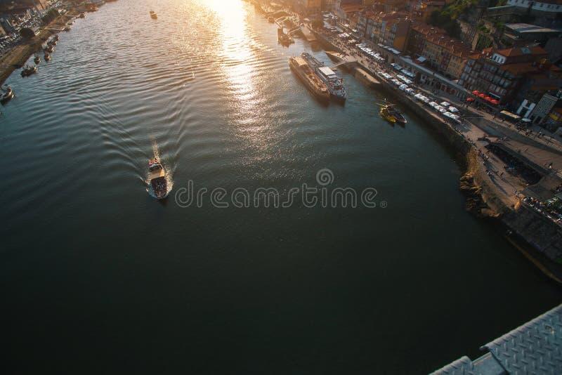 Vista superior del río del Duero del puente de Dom Luis I, Oporto imágenes de archivo libres de regalías