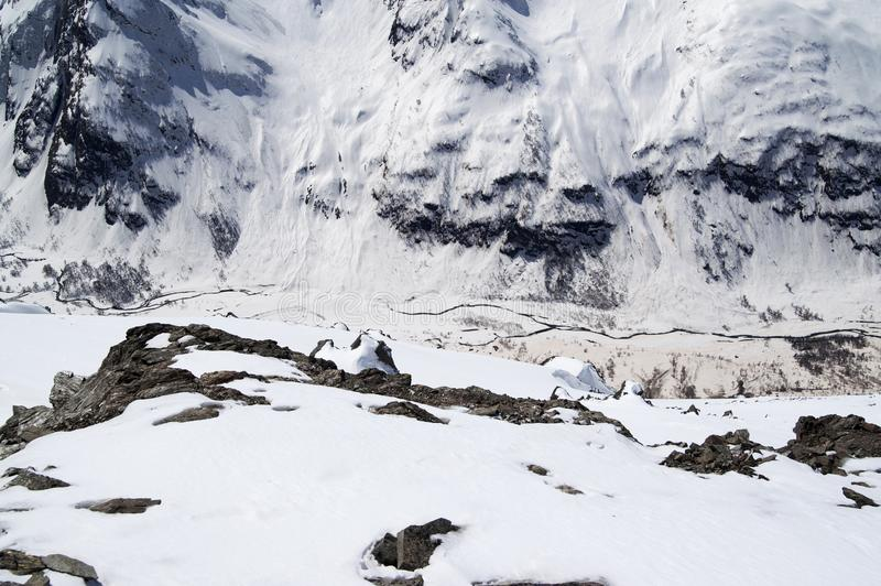 Vista superior del río en barranco y ladera nevosa con el rastro franco imagen de archivo