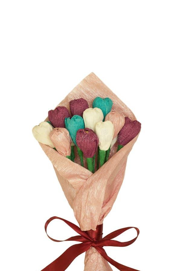Vista superior del ramo de papel de los tulipanes coloridos hermosos en el papel de embalaje aislado en el fondo blanco Dentro de imagenes de archivo