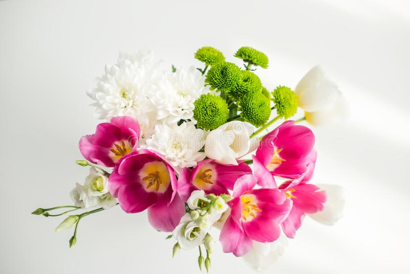 vista superior del ramo de tulipanes hermosos en la tabla blanca imágenes de archivo libres de regalías