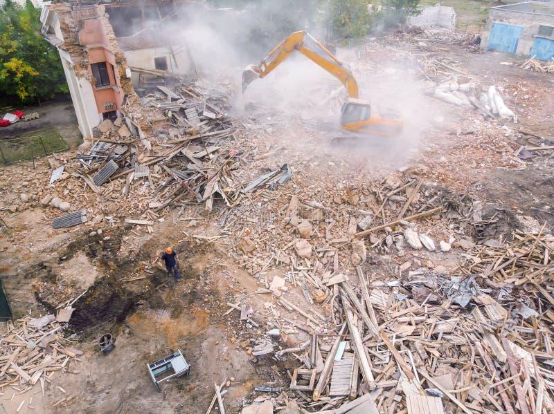 Vista superior del sitio de demolición con la maquinaria industrial que vacia el territorio imágenes de archivo libres de regalías