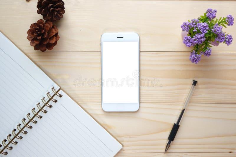 Vista superior del teléfono elegante de la pantalla en blanco en el escritorio fotos de archivo libres de regalías