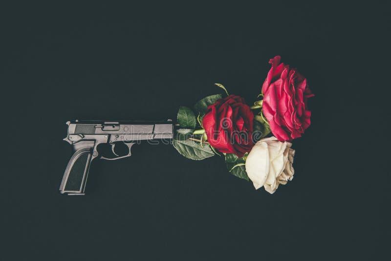 Vista superior del tiroteo del arma con las flores color de rosa