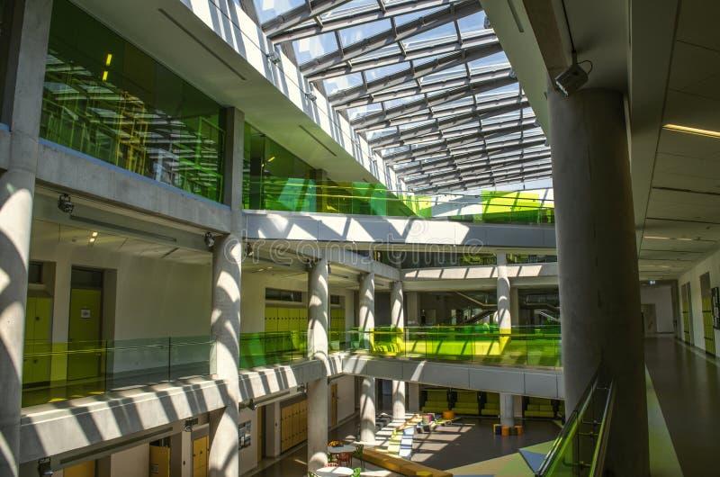 Vista superior del vestíbulo con la luz del día natural de debajo los marcos esmaltados, techo en la universidad internacional en imagen de archivo libre de regalías