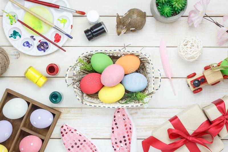 A vista superior disparou do feriado feliz da Páscoa da decoração do arranjo foto de stock