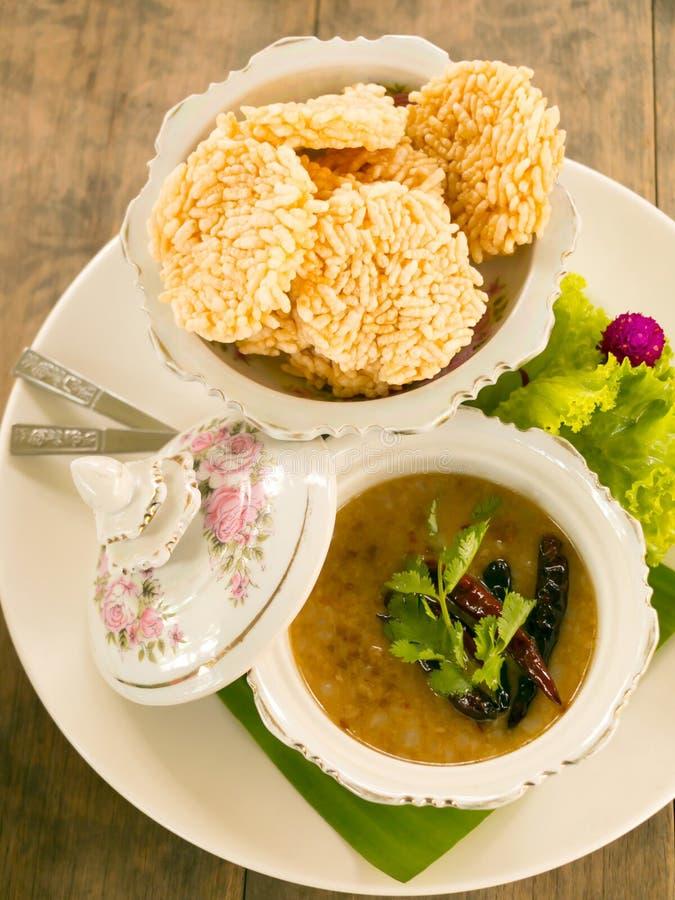 Vista superior do arroz friável com grupo do mergulho do amendoim da carne de porco e do camarão fotografia de stock royalty free
