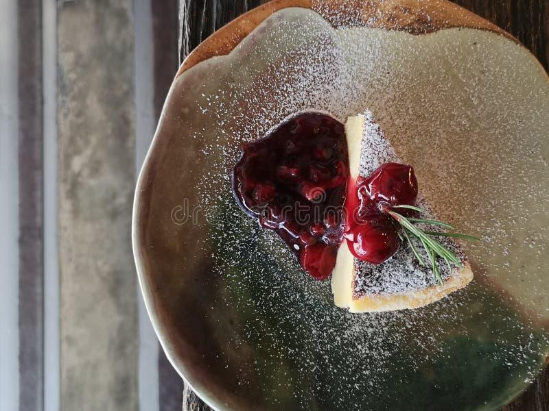 Vista superior do bolo da fatia coberta com doce de morango imagem de stock royalty free
