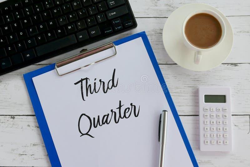 Vista superior do café, da calculadora, do teclado, da pena, da prancheta e do papel escritos com terceiro quarto imagem de stock