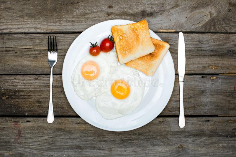 vista superior do café da manhã saboroso fresco com ovos fritos e brindes na placa fotos de stock