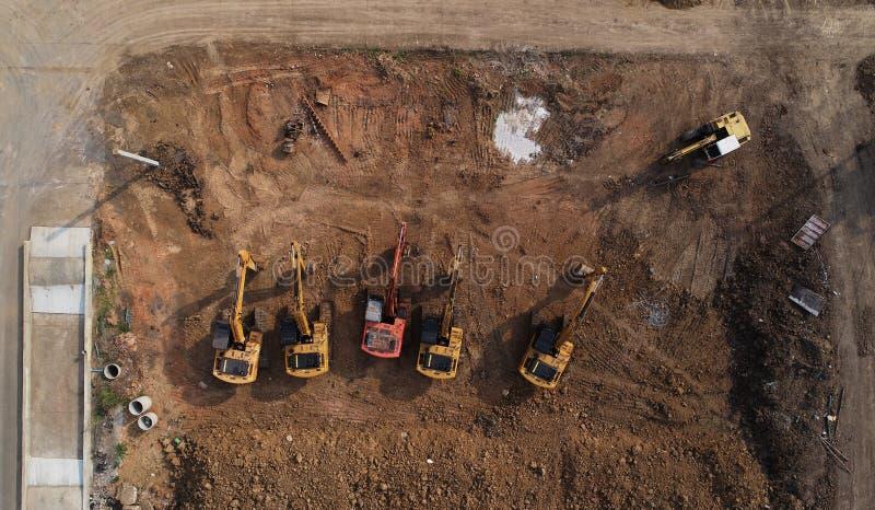 Vista superior do canteiro de obras com grupo de máquinas escavadoras imagens de stock