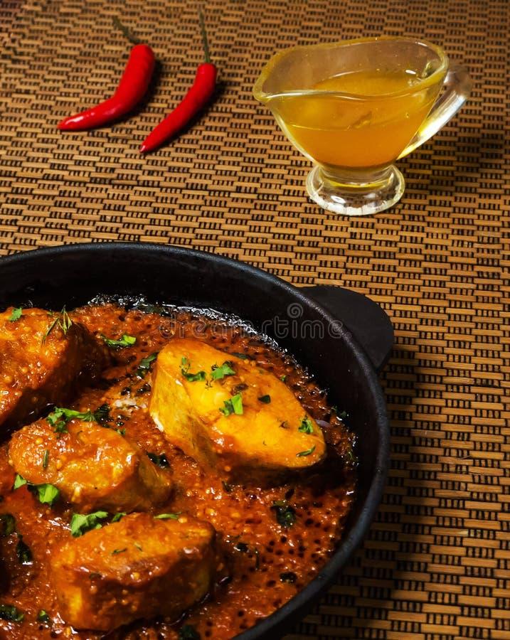 Vista superior do caril picante e quente dos peixes do bengali Alimento indiano Caril dos peixes com pimentão vermelho, folha do  imagens de stock royalty free