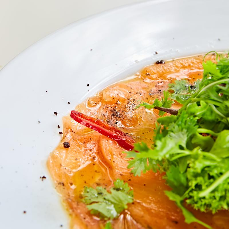 Vista superior do carpaccio salmon DOF raso foto de stock royalty free