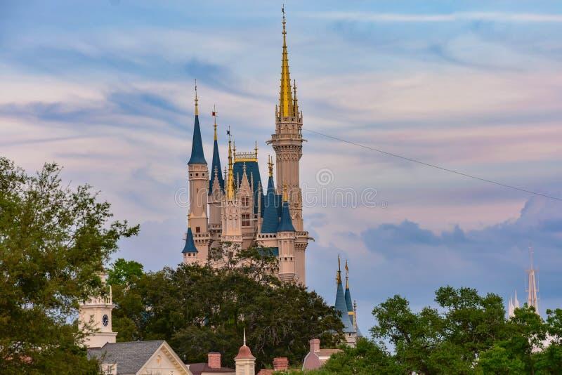 Vista superior do castelo de Cinderella no fundo bonito do por do sol no reino mágico em Walt Disney World 1 imagens de stock royalty free