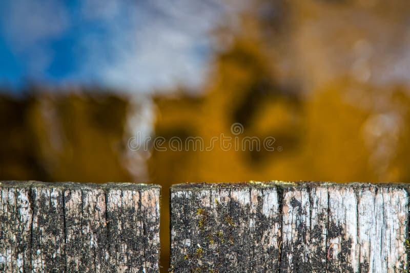 Vista superior do close up resistido da ponte de madeira acima do córrego da floresta imagens de stock royalty free