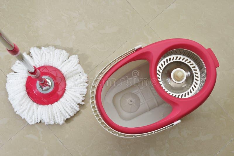Vista superior do espanador da limpeza com cubeta e girador foto de stock
