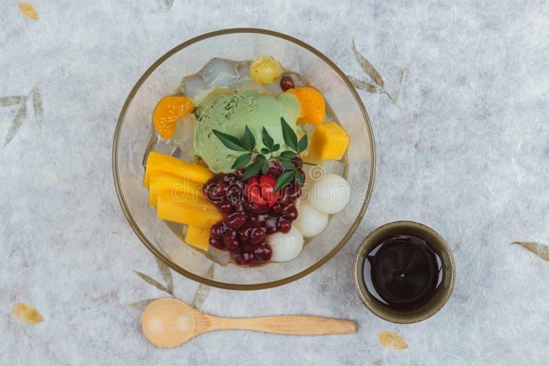 A vista superior do gelado de chá verde de Matcha serviu com fruto do jaque, lichi, laranja, geleia do coco e pasta do feijão ver imagens de stock royalty free