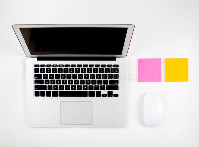Vista superior do laptop com o monitor, o rato aberto e o bloco de notas da tela de exposição isolados fotos de stock royalty free