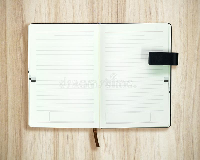 Vista superior do livro aberto no fundo de madeira Molde vazio do Livro Branco fotos de stock