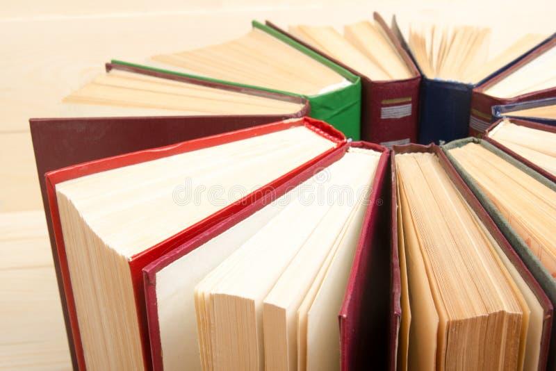 A vista superior do livro encadernado colorido usado velho registra back imagem de stock