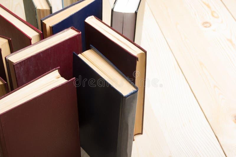 A vista superior do livro encadernado colorido usado velho registra back imagens de stock