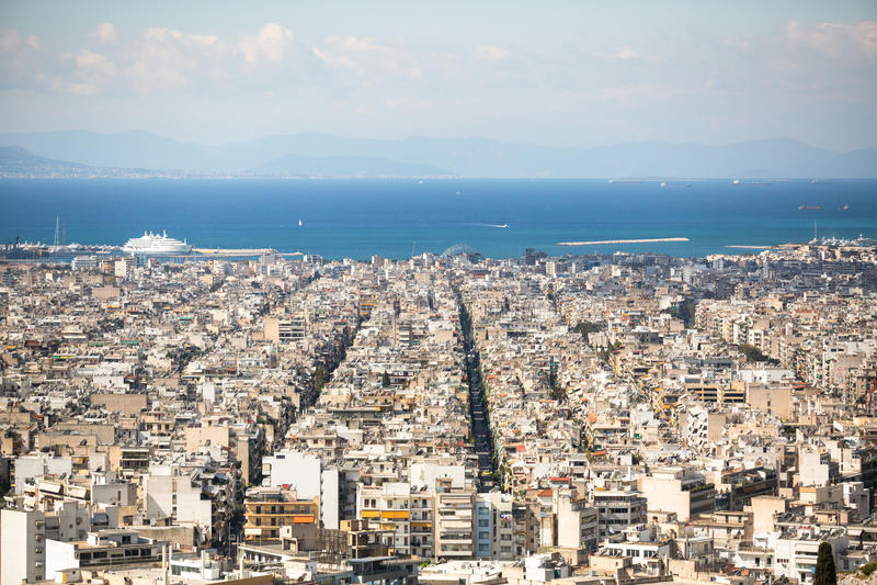 Vista superior do Mar Egeu e do labirinto das ruas da capital grega Atenas imagens de stock royalty free
