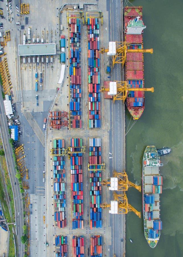 Vista superior do navio de recipiente que descarrega no porto imagem de stock royalty free