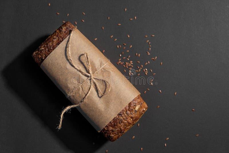 Vista superior do pão wholegrain cortado no fundo escuro foto de stock