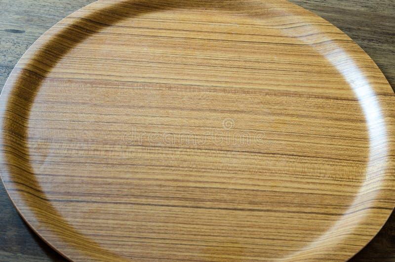 Vista superior do prato de madeira no fundo de madeira resistido fotografia de stock