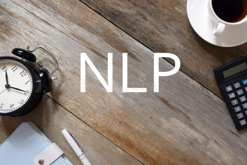 Vista superior do pulso de disparo, do caderno, da pena, de uma xícara de café e da calculadora no fundo de madeira escrito com N imagens de stock