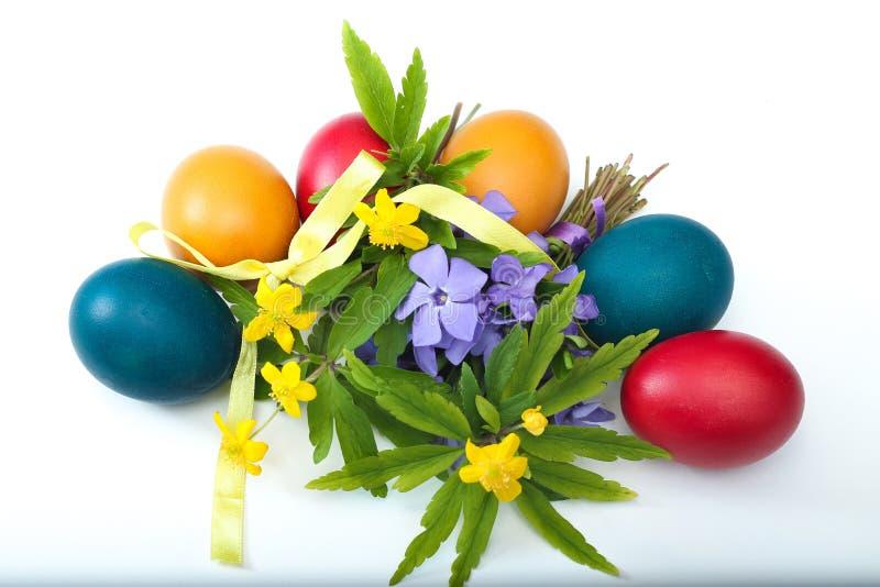 Vista superior do ramalhete da flor e de seis ovos da páscoa pintados imagens de stock royalty free