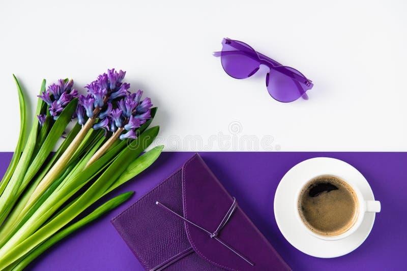 vista superior do ramalhete de flores e da xícara de café roxas do jacinto foto de stock