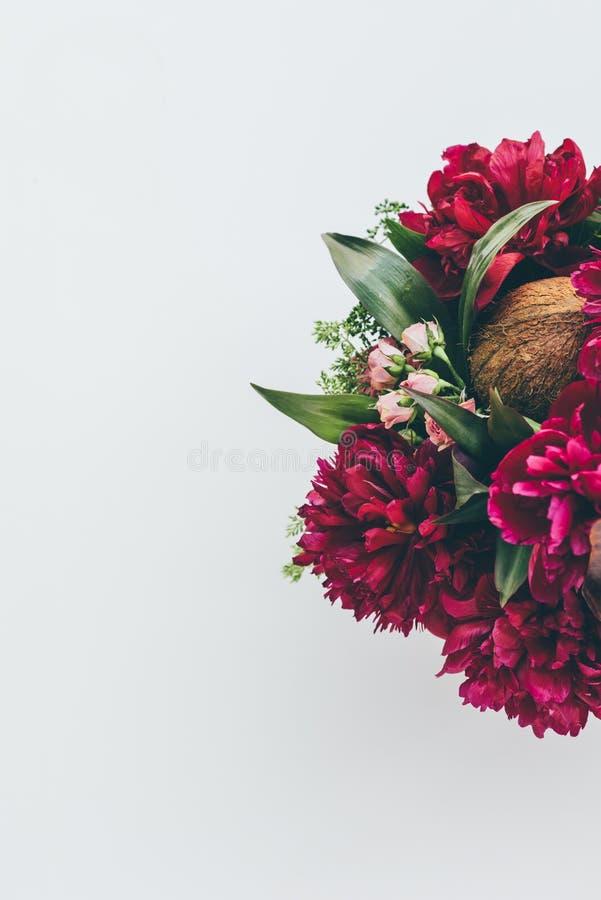 vista superior do ramalhete floristry com peônias, as rosas e o coco cor-de-rosa no branco imagens de stock royalty free