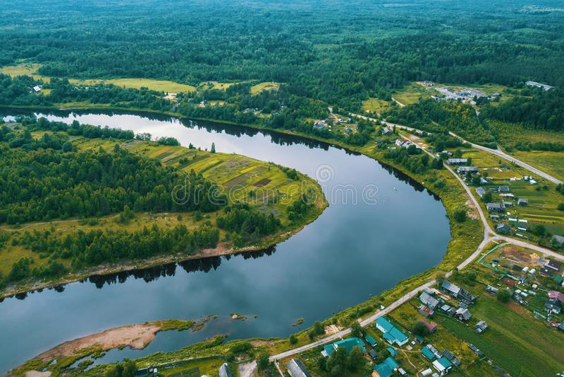 Vista superior do rio, das florestas verdes e da vila Carélia fotos de stock